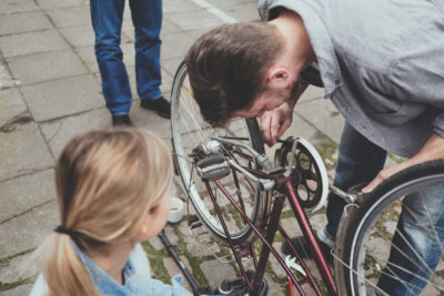 Man who helps repair a bicycle; copyright: nebenan.de
