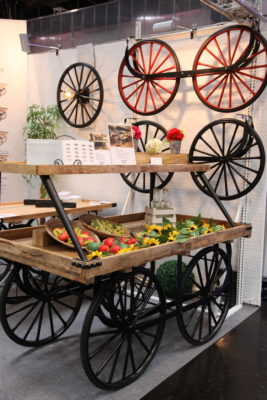 Bild: Wagen aus Holz zur Präsentation von Waren; Copyright: iXtenso