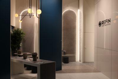 Bild: Stand mit Wandfliesen aus Beton und Metall mit Glas-Optik; Copyright: iXtenso