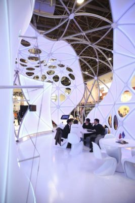 White futuristic exhibition booth; copyright: Messe Düsseldorf / ctillmann