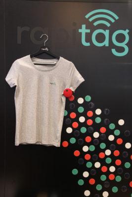 Bild: T-Shirt hängt an Wand; Copyright: iXtenso