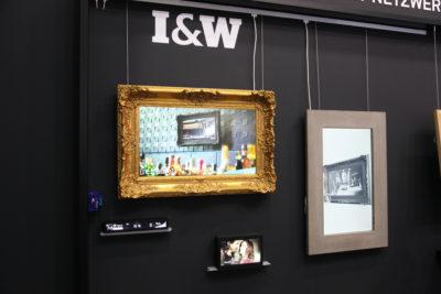 Bild: Bilderrahmen auf der Wand mit integrierten Displays; Copyright: iXtenso