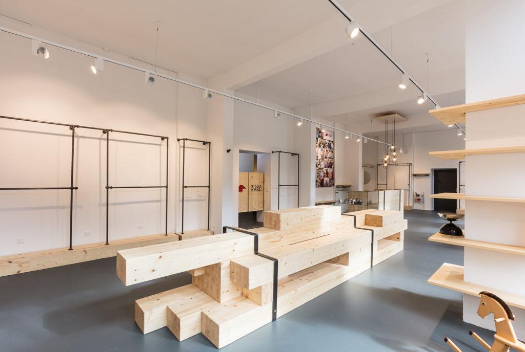 Interior view of the second-hand warehouse Weißer Rabe in Munich; copyright: visual & concepts Ladenbau München
