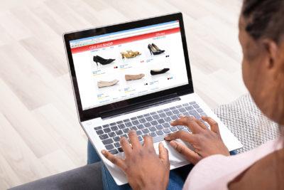 Frau beim Online-Shopping