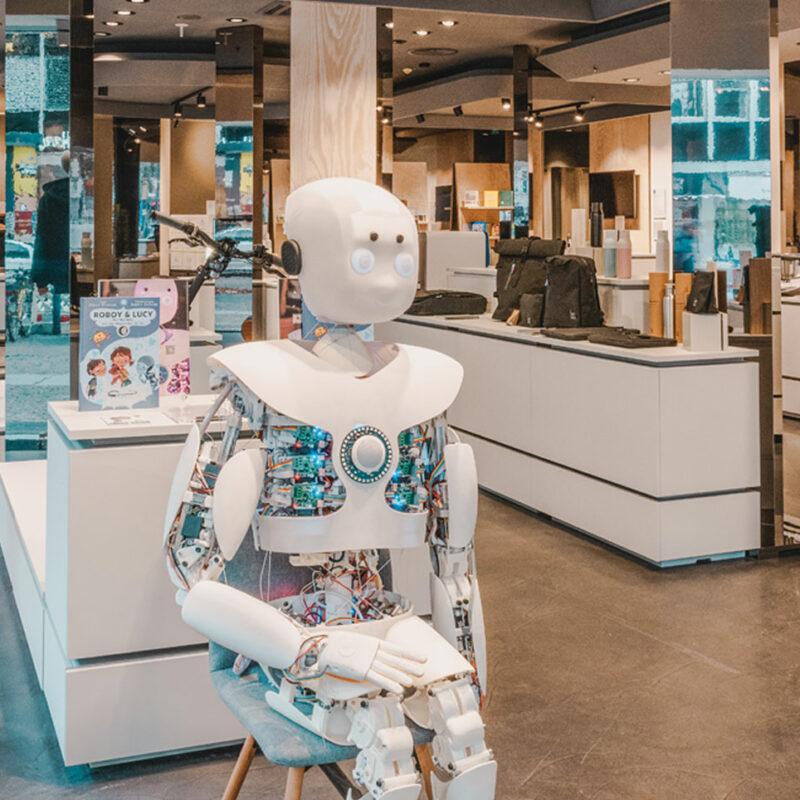 """Humanoider Roboter auf einem Stuhl. 99 Prozent der Produkte bei """"The Latest"""" in Berlin stammen von Start-ups. © The Latest"""