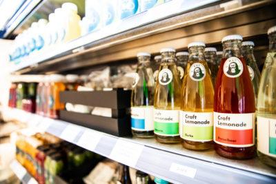 Produkte des LOVE FOOD-Stores im Regal; copyright: Gruschwitz GmbH, München (www.gruschwitz.de)