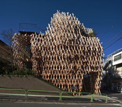 Kunstvolle Holzkonstruktion an der Straße; copyright: DAICI ANO