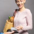 Frau mit Einkauftasche bezahlt an Terminal; copyright: girocard/EURO Kartensysteme GmbH