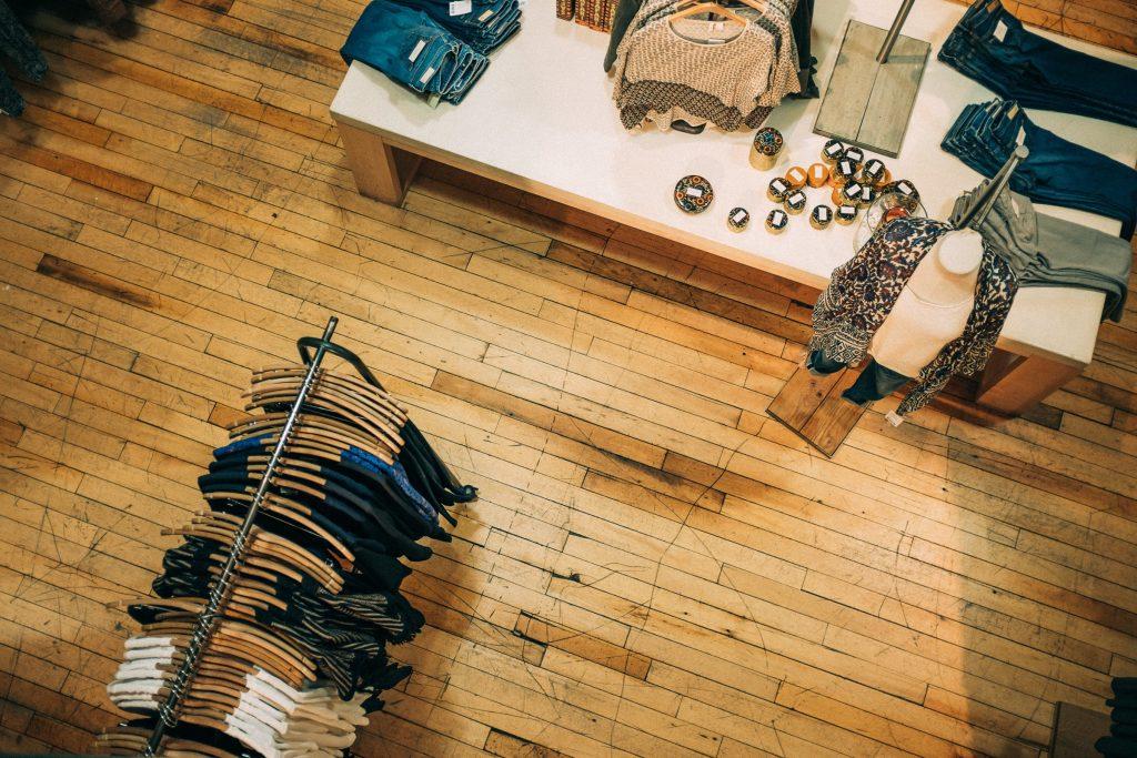 Store mit Kleidungsstücken © Ashim D'Silva/Unsplash