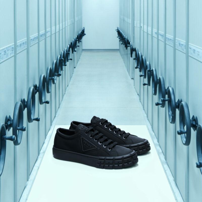 ein Paar schwarze Sneaker in einem sterilen Durchgang