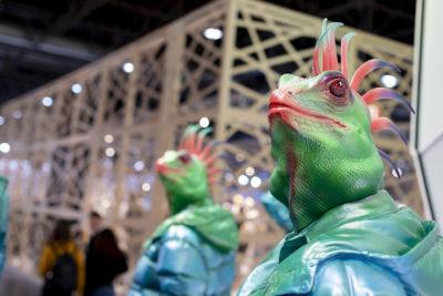Bild: Schaufensterpuppen mit Echsenköpfen; Copyright: Messe Düsseldorf
