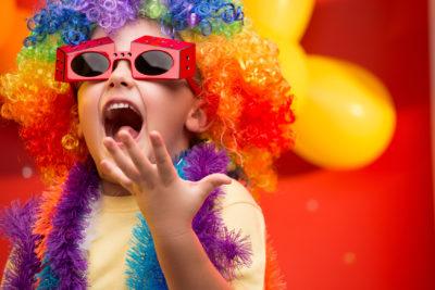 Kind in buntem Kostüm freut sich