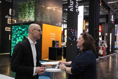 Mann und Frau im Interview auf der EuroShop 2020; copyright: beta-web GmbH/Klein