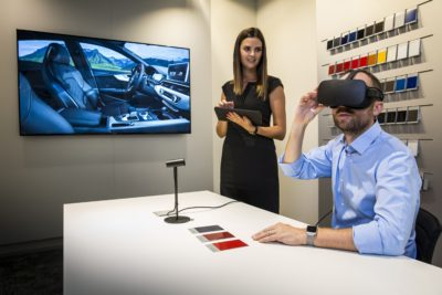 Kunde mit VR-Brille vor Bildschirm mit Autodesign; copyright: AUDI AG