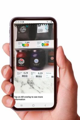 Mit dem Augmented- Reality-Overlay von Scandit lässt sich u. a. der Nutri-Score eines Produkts anzeigen. Foto: Scandit
