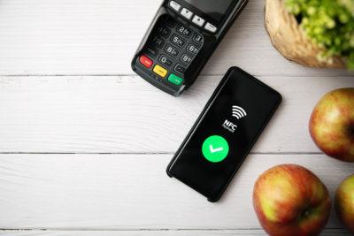 """nfc kontaktloses Bezahlen mit Telefon. Kopieren der Ansicht """"Raum""""; copyright: PantherMedia / Ronalds Stikans"""
