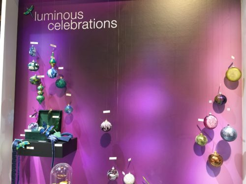 Purple wall with dark Christmas tree balls; copyright: iXtenso/Pott