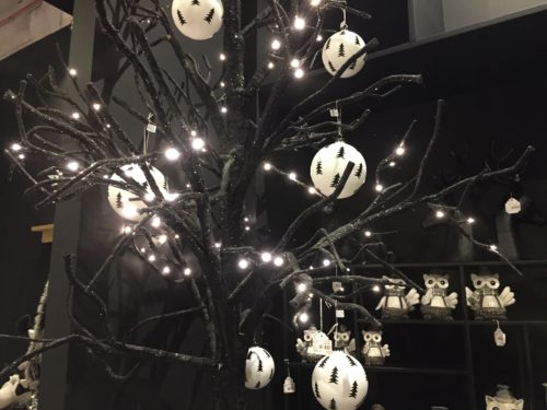 Black and white patterned Christmas tree balls on black branches; copyright: iXtenso/Pott
