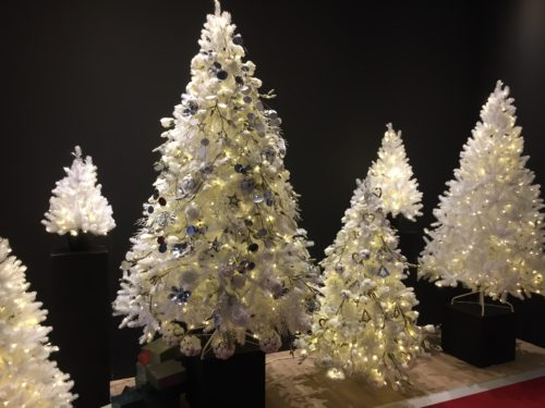White plastic Christmas trees with silver decoration; copyright: iXtenso/Pott