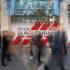 """Verschwommen: Menschen laufen vor Schaufenster mit """"Black Friday""""-Aufschrift"""