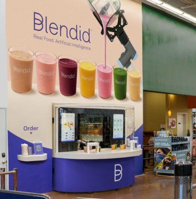 Ein Kiosk für Smoothies in einem Supermarkt