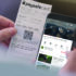 Person hält Smartphone und Kassenbon zum Bezahlen in den Händen