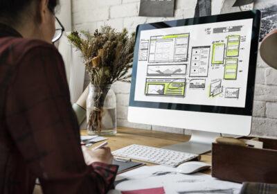 Mann sitzt vor PC und plant den Aufbau einer Homepage; copyright: Rawpixel