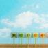 Energieeffizienzkonzept mit bunten Steckern an der Himmelswand; copyright:
