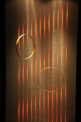 Bild: zwei Ringe hängen vor beleuchtetet Wand; Copyright: iXtenso