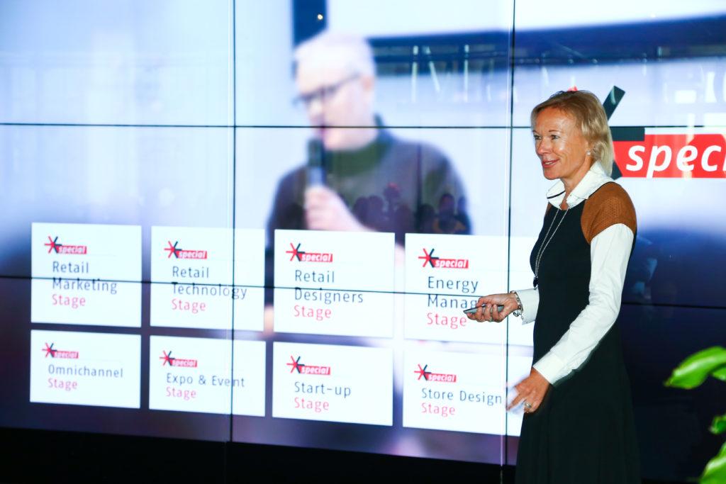 Eine Frau beim Vortragen vor einer Präsentation auf einer Leinwand