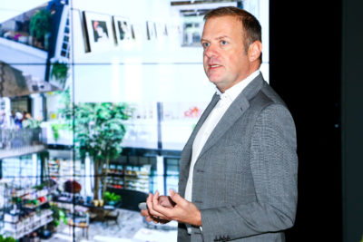 Ein Mann beim Vortragen vor einer Präsentation auf einer Leinwand