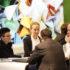 Eine Gruppe von Menschen am Tisch, die sich unterhalten; copyright: Messe Düsseldorf / ctillmann