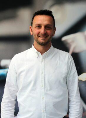 Mann mit Bart und in weißem Hemd lächelt in die Kamera; copyright: TOMRA