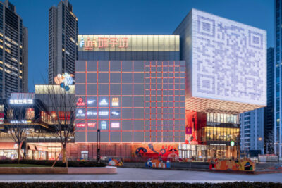 A big commercial building in a Chinese city with a huge digital screen on the façade