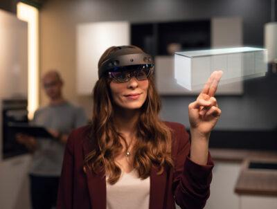 Mixed-Reality-Brillen stellen ein gewünschtes Küchenmodell als Hologramm dar.