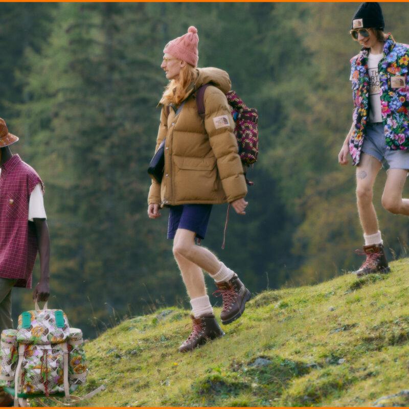 Wanderer in chiquer Funktionskleidung laufen durch die Natur
