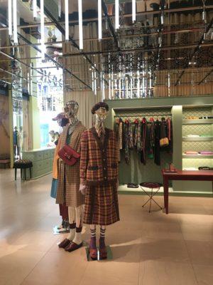 Eine moderne Boutique mit modernen Mannequins