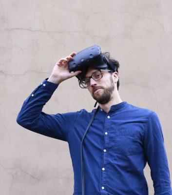 Dr. Jonathan Harth von der Universität Witten/Herdecke mit VR-Brille; copyright: Universität Witten/Herdecke, Jonathan Harth