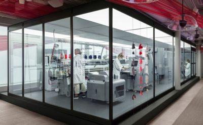 Eine Textilmaschine in einem Glascontainer