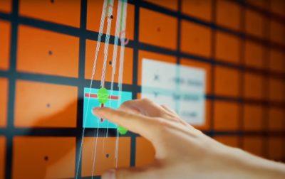 Eine Hand tippt auf einen Bildschirm mit organenen Kästchen