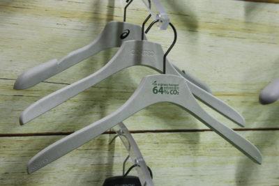 Bild: Kleiderbügel hängen an Holzwand; Copyright: ixtenso
