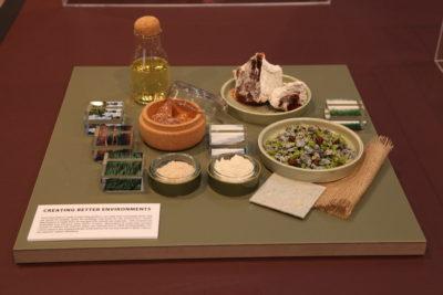 Bild: Linoleumplatte mit Essen und Getränken gedeckt; Copyright: ixtenso