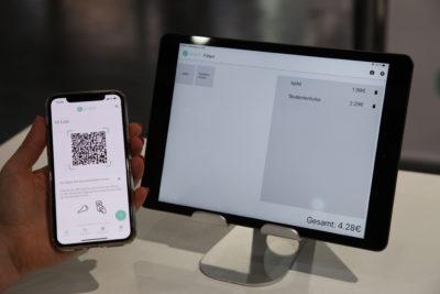 Bild: Handy wird neben Tabletbildschirm gehalten; Copyright: ixtenso
