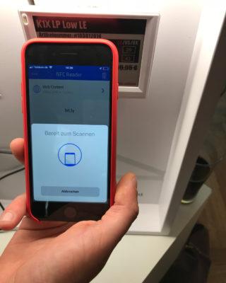 Smartphone scannt elektronisches Preisschild; copyright: iXtenso/Kuhlow