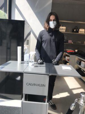 Verantwortungsbewusster Empfang bei Calvin Klein. Jeder Kunde wird gebeten, sich die Hände zu desinfizieren.