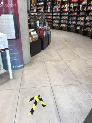 Unmissverständlich: Auf den Boden geklebte Pfeile weisen auf die Laufrichtung in der Meyerschen Buchhandlung hin. © Ilona Marx