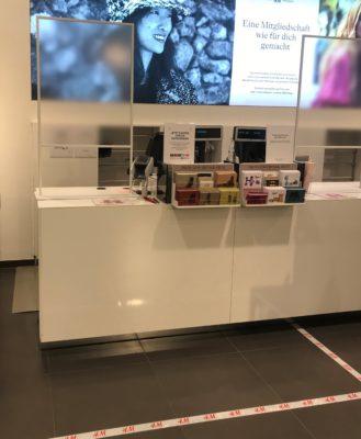 Klare Markierungen in der Kassenzone bei H&M. © Ilona Marx