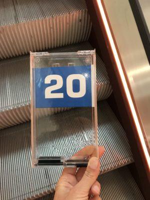 Alle Kunden bekommen eine Nummer ausgehändigt. © Ilona Marx