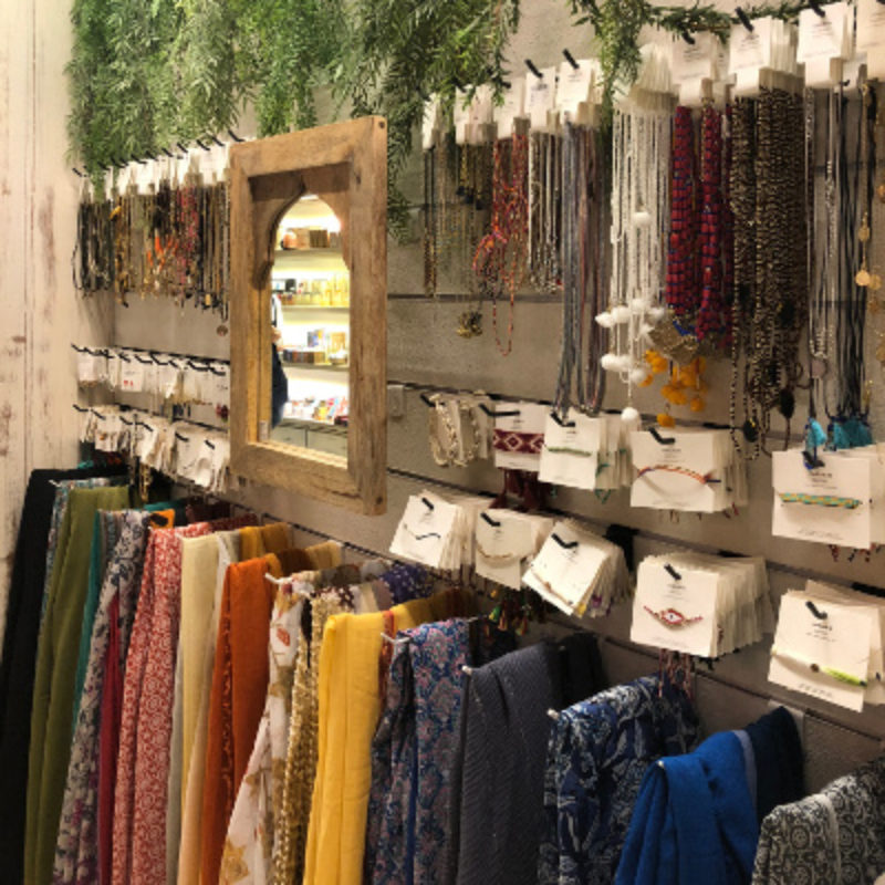 Schmuck und Schals hängen an der Wand