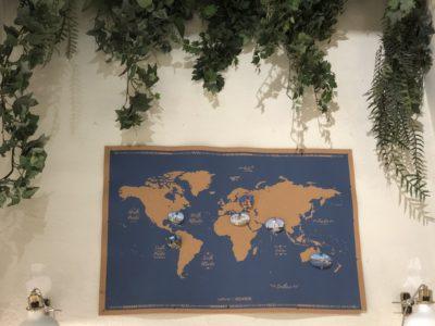 Eine Weltkarte hängt an der Wand